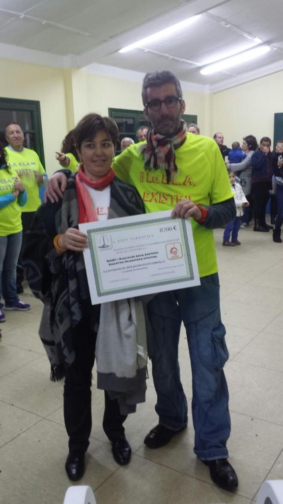 Nuestro Tesorero, Víctor Loira, con su mujer y socia de ASSEII, Tita, sujetando el certificado de donativo